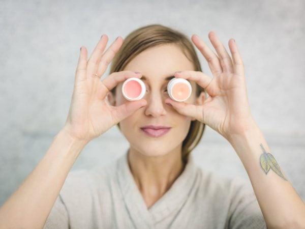 De ce produsele cosmetice sintetice sunt daunatoare pielii tale